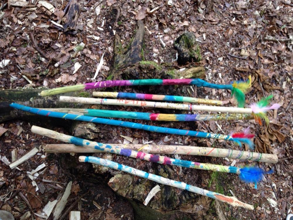 Selbstgebastelte Zauberstäbe geschnitzt, geschliffen, geraspelt, angemalt, beglitzert und mit magischen Federn versehen. Hex, hex!